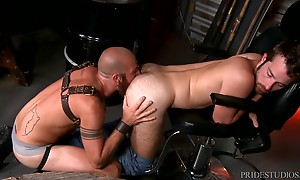 James plows his big raw cock deep inside Jay`s eager ass in ...